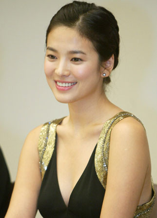 Derby Romero dengan Kim Hye Sung => mirip juga nih….hihihihi